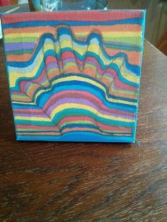 Hand auf Papier malen, gerade Linien  farbig zeichnen, aber uber die Hand einen Bogen malen
