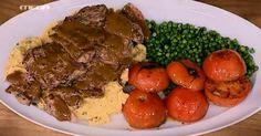 Μπριζόλες μοσχαρίσιες με σάλτσα μουστάρδας, πολέντα και αρακά