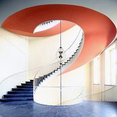 Il colore x caratterizzare una struttura importante come una scala, renderla informale e divertente in un continuo cambiamento dell'architettura a seconda del punto di vista