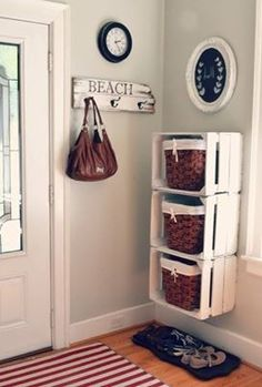 Cool DIY Ways To Decorate Your Entryway Crates and Baskets Entry Storage Shelf -Top 10 DIY Shelves Ideas!Crates and Baskets Entry Storage Shelf -Top 10 DIY Shelves Ideas! Family Room Walls, Room Wall Colors, Diy Casa, Ideas Geniales, Home And Deco, Wooden Boxes, Wooden Crates On Wall, Pallet Boxes, Uses For Wooden Crates