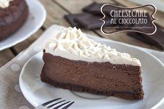 La cheesecake al cioccolato è perfetta per chi ha voglia di un goloso dessert in cui protagonista indiscusso è il cioccolato!Adatto per qualsiasi occasione!