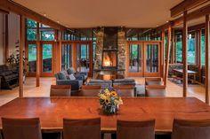 La pièce principale de cette belle maison en bois arbore un aspect accueillant et très chaleureux