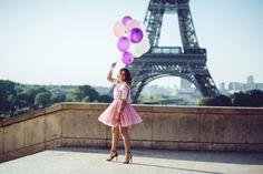 Ma petite robe rose à la Tour Eiffel Je porte une robe en tulle et sequins Asos, des escarpins Yves Saint Laurent et une valise violette Lipault. #fashion #outfit #ootd #pink #dress #eiffeltower #paris #pastel #purple #balloons #girl #brunette #sexy #beautiful #highheels #view #sky #morning #happy #smile #legsinheels #legs #poetry
