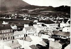 Na poliach vzadu za domami vyrástlo sídlisko Stred. Záber je ešte spred výstavby. Zmizlo aj staré námestie pri kostole. Zbúrali tiež takmer všetky staré domy v centre.