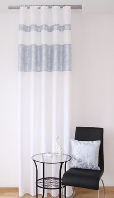 Zasłona koloru białego do sypialni z szaro błękitnym wzorem