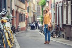 Images Beyond Words, Fashion Book, Fashion, High Fashion, Serge Daniel Knapp, Heidelberg, female model, model, topmodel, Leonie Löwenherz, city, center, bikes, bicycles, colorful, street, street photography, street fashion, jeans, high heels, orange, yellow, fashion blogger, blogging