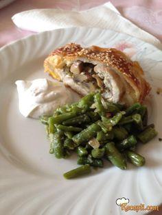 Recept za Piletinu u testu. Za spremanje ovog jela neophodno je pripremiti pileće meso, lisnato testo, pecurke, tikvice, jaja, susam, luk.