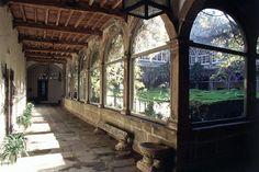 Fachada principal de San Lorenzo de Trasouto. Detalle de un banco de piedra del cenador.
