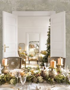 〚 Warm Christmas home with vintage decor in Spain 〛 ◾ Photos ◾Ideas◾ Design All I Want For Christmas, Christmas Home, Gold Christmas Decorations, Table Decorations, Holiday Decor, Grand Designs, Vintage Decor, Vintage Furniture, Christmas Pictures