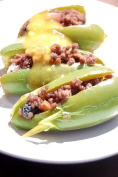Chiles jalapeños rellenos de una mezcla dulce de carne molida y bañados de una salsa de mango. Tienes que probarlos!