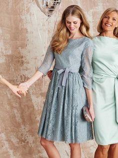 Perfekt für Romantikerinnen bei Konfirmation oder Verlobung: Das verträumte Kleid aus rauchblauer Spitze ziert ein Gürtel aus breitem Ripsband.