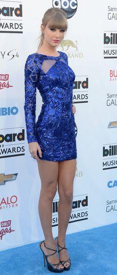 WOW! Taylor deslumbró con un vestido azul de lentejuelas en la edición 2013 de los Billboard Music Awards.