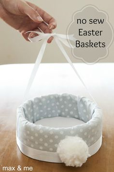 DIY no sew Easter baskets! They would take a bit of time but they are easy and the kids could use them every year or they could make a really nice gift basket for easter! Easter Party, Easter Gift, Easter Decor, Easter Dyi, Easter Centerpiece, Hoppy Easter, Easter Eggs, Easter Bunny, Bunny Bunny