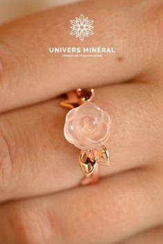 """Incarnez l'amour avec cette bague en Quartz Rose """"Amour""""Portez cette bague vous envelopperai d'une douce lumière réconfortante.Taille de la bague : redimensionnable, de 7 à 10. Anneau en argent 925 Quartz Rose, Pearl Earrings, Pearls, Jewelry, Silver Toe Rings, Universe, Human Height, Pearl Studs, Jewlery"""