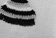 - Brinco leque de croche em 3 cores (preto, branco e cinza)  - Detalhe de franjas de correntinhas pretas  - Acabamento folheado prata R$ 72,00