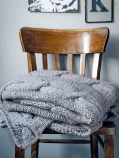 Diese hübsche Decke mit Zopfmuster ist perfekt für kalte Wintertage auf dem Sofa oder ein schönes Weihnachtsgeschenk. Hier geht es zur Strickanleitung.