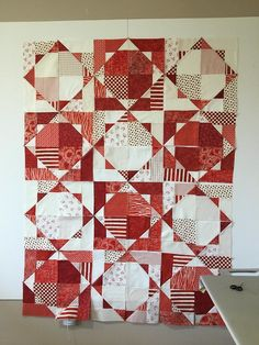 This kind of photo most certainly is an inspirational and excellent idea Cute Quilts, Scrappy Quilts, Easy Quilts, Small Quilts, Amish Quilts, Half Square Triangle Quilts, Circle Quilts, Holiday Quilt Patterns, Modern Quilting Designs