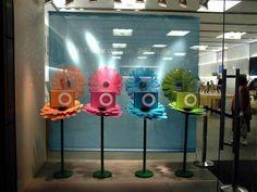 El escaparate tiene un encuadre intermedio, escaparate frontal, un escaparate de fondo cerrado,y su uso es de prestigio. Es original porque juega con los colores de las flores y de los productos que están expuestos.