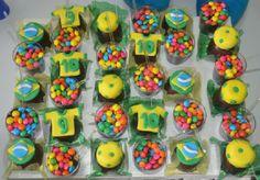 Cupcakes Copa do Mundo. Mamães, mais fotos dessa festa infantil verde-amarela em: http://mamaepratica.com.br/2014/06/12/mamae-em-festa-verde-e-amarelo/ Foto: blog Mamãe Prática Brazilian children's party - World Cup