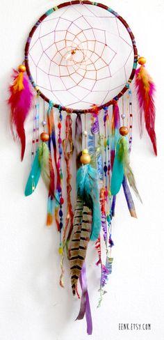 De magnifiques couleurs pour cet attrape-rêves. Woodland Wanderlust Native Woven Dreamcatcher