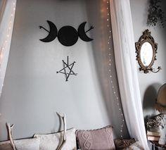 Triple Déesse . Noir de Nuit . grande suspension triple lune en bois éco-responsable et dentelle décoration wicca pagan sorcellerie magie .