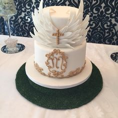 Angel wings inspired angelic cake theme