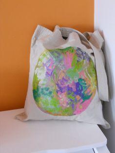 Bolsa de tela hecha y pintada a mano con pinturas textiles.