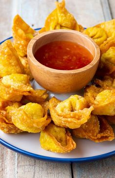 Fried Wontons #recipes #appetizers #dinner #homemade #chinese #delicious Seafood Appetizers, Appetizers For Party, Chinese Recipes, Chinese Food, Wonton Wrappers, Wontons, Beef Casserole, Beef Recipes, Fries