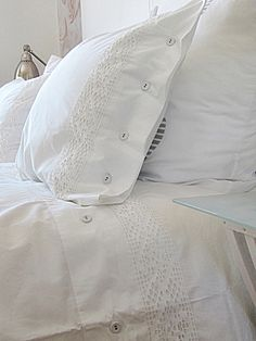 white on white bedding Awesome Bedrooms, Beautiful Bedrooms, White Bedding, Linen Bedding, White Pillows, Bedding Sets, White Cottage, Swedish Cottage, Linens And Lace