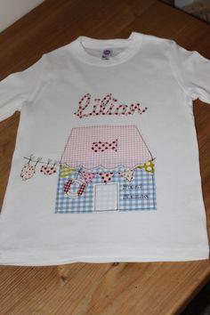 Hübsches und aufwändig gestaltetes Langarmshirt mit einem niedlichen Bootshaus, Wimpelkette und Namenschriftzug.  Das Shirt ist aus reiner Baumwoll...