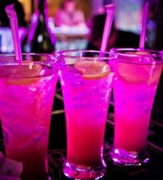 Fully Illustrated Recipes for your Favorite Drinks Pink Cocktails, Pink Drinks, Summer Cocktails, Alcohol Drink Recipes, Punch Recipes, Shake, Drinking Around The World, Drink Photo, Pink Parties