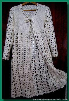 Favolosa ed elegante giacca-mantellina all'uncinetto. Si lavora in due pezzi: la parte superiore che forma la mantellina, e la parte inferiore che corrisponde un golf al punto vita.