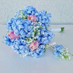 Mavi sümbüller ıslak pembe laleler ve beyaz cipsolarla gelin buketini online satın almak ve gelin teli ile birlikte gelin buketi isteyen gelin adayları için damat yaka çiçeği gelin buketi ile hediyedir.