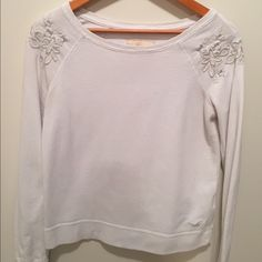 Hollister Floral Crewneck Brand: Hollister. Color: White. Size: Small. Condition: 8/10 Hollister Sweaters Crew & Scoop Necks