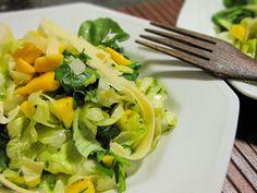 Salada verde com vinagrete de manga e parmesão