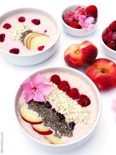 Smoothie Bowl aux Pêches et Fruits Rouges - recettes parfaite pour un petit déjeuner ou goûter sain, rapide, facile et délicieux!