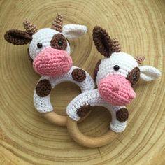 gehaakte koe rammelaar, leuk als kraamcadeau! - patroon van KNUFL crocheted cow rattle - pattern by KNUFL Crochet Cow, Crochet Baby Toys, Crochet Animals, Diy Crochet, Crochet Hooks, Modern Crochet Patterns, Baby Knitting Patterns, Half Double Crochet, Single Crochet