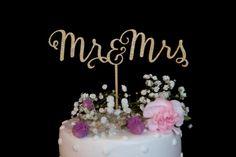 Mr et Mme calligraphie Wedding Cake Topper  Cest la 3D imprimé en or filament PLA et aliments sûrs.  Délai de traitement actuel est de 10