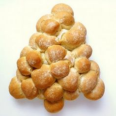 A cute, clever and uber-Christmasy way to serve dinner rolls!