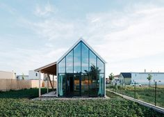 ガラス張りの切妻の壁が特徴的なJRKVCが設計したスロバキアの家