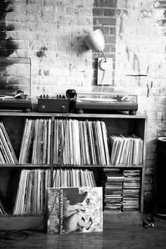 Vinylplayer in black and white bedroom - #myIKEAbedroom