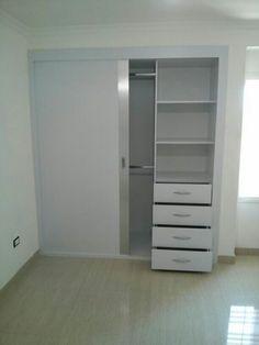 Closet Blanco Mate y Brushet Metalizado con puertas corredizas, entrepaños y gavetero.