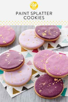 Give your cookies the Midas touch with these Paint Splatter Cookies. Simply cover your baked cookies with shades of purple fondant, then splatter them with Gold Pearl Dust decorating powder for a fun splash of color and shine! Paint Cookies, Fondant Cookies, Cupcakes, Purple Cookies, Baking For Beginners, Easy Sugar Cookies, Birthday Cookies, Cookie Designs, Desserts