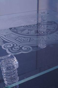 MODERNÍ SKLENĚNÝ STOLEK TB-05 | SZKLO-LUX Jaroslaw Fronczak  | Processing and wholesale of glass - Deska je vyrobena z bezpečnostního skla VSG 8.8.2 Diamant (optiwhite), síla 16 mm, fazetované hrany, ve skle je umístěná rytina. Nohy jsou vyrobeny z křišťálového skla. Glass Table, Deco, Design, Drinkware, Luxury, Glass Table Top, Decor, Deko