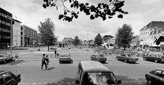 1983: Blik op het Wilhelminaplein, met fietsenstalling en parkeerplaatsen.  ( L.C. ). Leeuwarden
