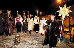 Lørdag 7. januar 2012 tar innbyggerne i Hølen farvel med julen under Hellig Tre Kongers-feiringen. Bildet er fra en tidligere «juleavslutning» på Hølen torg. fotO: CHRISTIAN CLAUSEN