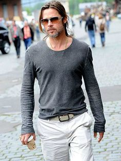Lovely sight to see :) Two weeks after motorcycle shopping in London, Brad Pitt heads to Kassel, Germany, on Thursday, where he explored the city on foot. Brad Pitt And Angelina Jolie, Jolie Pitt, Brad Pitt Style, Man Look, Brad Pitt Pictures, Stylish Men, Men Casual, Beautiful Men, Beautiful People