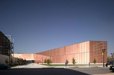 Copper mesh sandwiched between glass is the beautiful exterior of Des Moines' public library (by Chipperfield). British Architecture, Library Architecture, Facade Architecture, Amazing Architecture, David Chipperfield Architects, Glass Facades, Interesting Buildings, Famous Architects, Facade Design