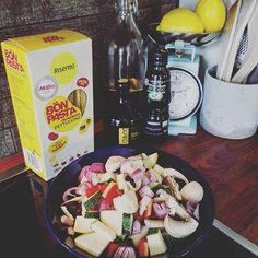 """! #sundaymenu #chickenpasta #veggies #glutenfree #healthycooking #mypassion #risenta #papupasta #fettuccine #soypasta #bönpasta #eatoutsidethebox #sundayfunday"" Photo taken by @siniouu on Instagram, pinned via the InstaPin iOS App! http://www.instapinapp.com (08/30/2015)"
