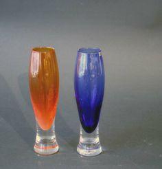 To vaser, orange og blå Hadeland, Willy Johansson Munnblåst. Glass Design, Norway, Scandinavian, Pottery, Retro, Tableware, Vase, Vintage, Glass Art